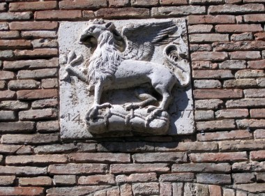 Its traditional symbols are the gryphon (above) and the lion.